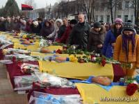 На Луганщине попрощались с неопознанными украинскими воинами. Многие люди не могли сдержать слезы