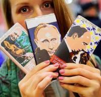 То ли культ личности, то ли маразм. В России уже начали выпускать шоколад с изображением Путина