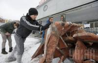 Киевляне провели уборку в сгоревшем кинотеатре «Жовтень»