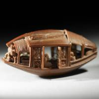 Китаец умудрился вырезать удивельную скульптуру из... оливковой косточки
