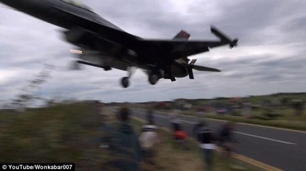 ФОТО: Турецкий летчик на F-16 пролетел над головами зрителей