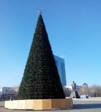 В центре Донецка установили елку, очень смахивающую на прошлогоднюю. Местные ждут Губарева в роли Деда Мороза