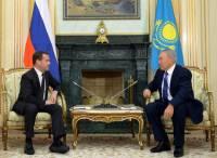 Медведев на встречу с Назарбаевым пришел в туфлях на высокой платформе. Пытался скрыть свои комплексы?