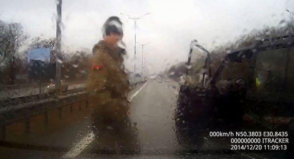 В Сети появилось видео избиения человека на Бориспольской трассе. «Айдар» настаивает на своей непричастности