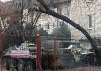 Луганские террористы решили не заморачиваться и припарковали танк прямо во дворе ресторана
