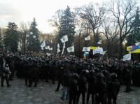 Митингующие пытались прорваться в здание Верховной Рады. Но удалось лишь пройти