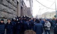 Появились первые фото из Харькова, где люди пытаются прорваться на сессию горсовета