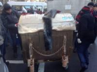 Под Нацбанком Гонтареву ожидает гламурный мусорный бак