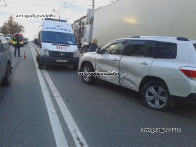 В Киеве водитель устроил настоящий автомобильный замес. ФОТО
