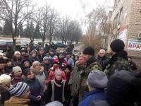 Украинские военные продолжают помогать жителям Донбасса