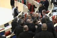 До боли знакомая картина. В грузинском парламенте подрались депутаты большинства и оппозиции