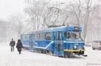 Вот и пришла зима. Одесситы пытаются справиться с неожиданным снегопадом