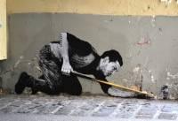 На улицах Парижа появились очень необычные рисунки
