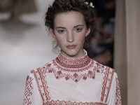 Valentino произвел фурор в Париже коллекцией вышиванок, сарафанов и кафтанов