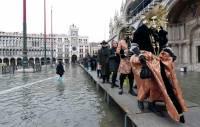 В Венеции знаменитый карнавал проходит в условиях наводнения