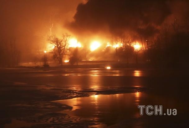 Поезд с нефтью сошел с рельсов в США: эвакуированы 2 города