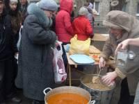 В оккупированном Луганске люди выстраиваются в очереди за бесплатной пищей