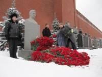В годовщину смерти Сталина, его могилу... завалили цветами