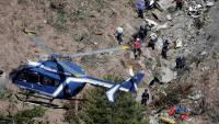 Командир разбившегося во Франции самолета пытался выломать топором дверь кабины пилотов