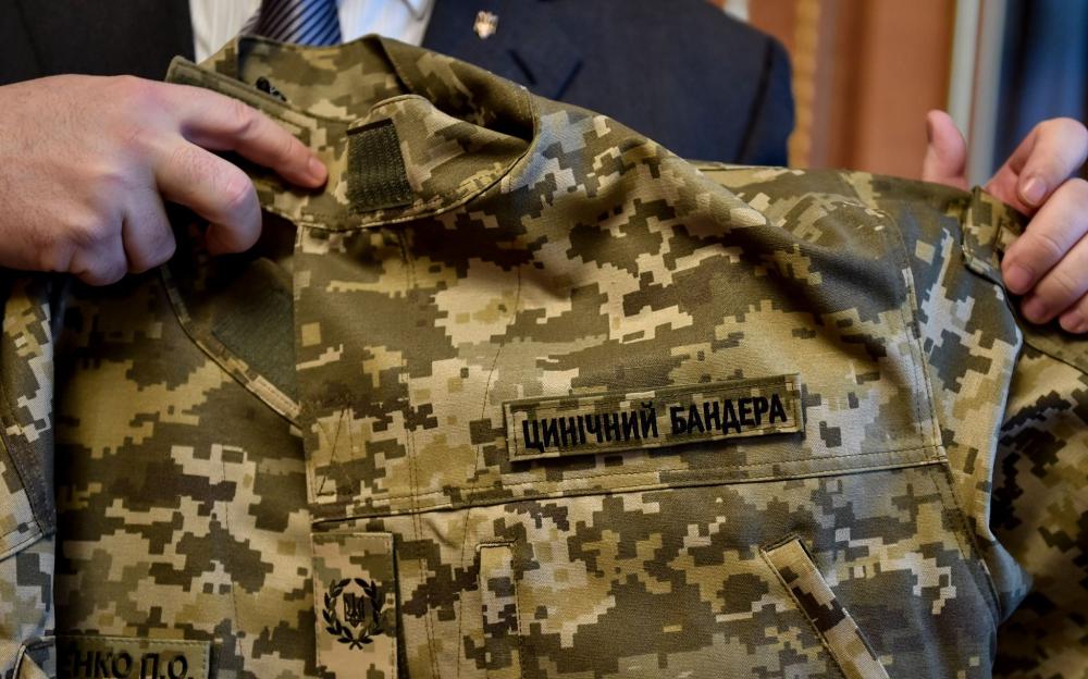 ФОТО:Порошенко в военной форме с надписью «Циничный Бандера»