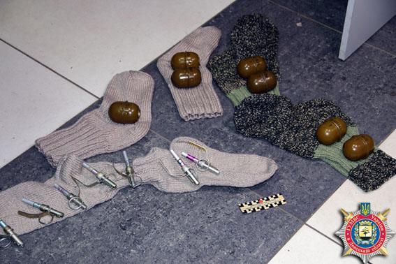 ФОТО: В Мариуполе обнаружена посылка с гранатами