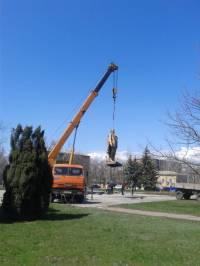 В Новоазовске боевики реставрировали Ленина, которого свалили в прошлом году