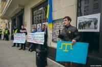 Манифестанты вышли к посольству России в Польше, чтобы выразить протест против аннексии Крыма