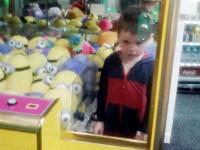 В Великобритании мальчуган так хотел получить игрушку, что не заметил как оказался в автомате
