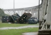 В Луизиане ветер сдул с моста поезд
