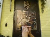 Картину с продажным судьей наклеили активисты на входную дверь Печерского суда
