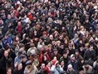 В центре Киева наблюдается странное скопление пенсионеров и школьников