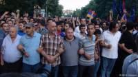 Полиция Еревана заявляет, что демонстранты вооружены. Фото и видео