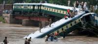 В Пакистане пассажирский поезд сорвался в реку. Есть жертвы