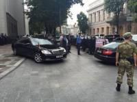 Столичный патруль вызвал эвакуатор для уборки неправильно припаркованных автомобилей нардепов