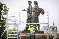 В Вильнюсе советские скульптуры заменили цветами