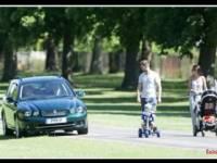 Королева Великобритании, чтобы объехать семейную пару, прокатилась по газону. Все в рамках ПДД