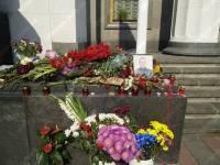 Киевляне несут цветы к портрету гвардейца, убитого во время столкновений у Верховной Рады