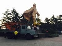 В Ильичевске демонтировали памятник Ленину. Аккуратно, с надеждой вернуть