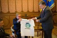 Порошенко одарил Элтона Джона футболками с Савченко и Сенцовым