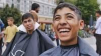 В Гамбурге парикмахеры устроили массовую стрижку беженцев