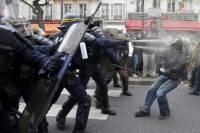 Полиция в Париже разогнала митинг слезоточивым газом