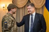 Порошенко рассказал освобожденному «киборгу», сколько усилий понадобилось, чтобы вызволить его из плена