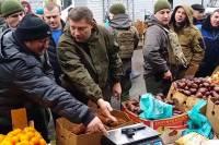 Главарь ДНР проверил точность рыночных весов с помощью пистолета