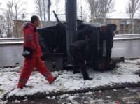 В Донецке BMW с номерами ДНР врезался в столб и лег на бок