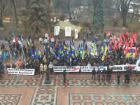 Под Верховной Радой какие-то люди требуют отставки Яценюка