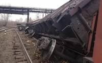 Во Львовской области сошли с рельсов пять вагонов грузового поезда, два из них упали в реку