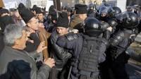 Взмущенные румынские пастухи пошли на штурм парламента