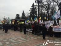 Несколько сотен человек требуют отставки Яценюка у Верховной Рады