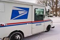 Увидев количество подарков, которые ему предстояло разнести на Рождество, почтальон решил просто выбросить часть из них