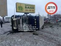 В жутком ДТП с фурой в Киеве погибли двое человек, один из них – полицейский